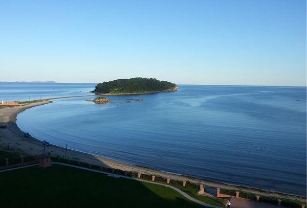 罗先市琵琶岛是一个美丽的地方,其整体仿佛一个翡翠般的岛屿